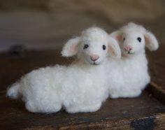 Aguja de fieltro cordero lana de oveja bebé Natividad Sheep Crafts, Felt Crafts, Needle Felted Animals, Felt Animals, Baby Sheep, Needle Felting Tutorials, Felt Baby, Felt Patterns, Felt Fabric