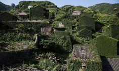 Vegetação cobre casas de vila abandonada na ilha de Shengshan, na China. A ilha virou atração turística COMPARTILHE DAMIR SAGOLJ / REUTERS