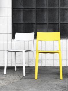 Den svenska designbyrån Form Us With Love står bakom designen på stolen JANINGE. De fick uppdraget att ta fram stolar som skulle klara tuffa, offentliga krav och samtidigt ha ett uttryck för hemmet.