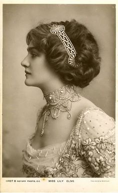 Lily Elsie, That necklace, that hair! Lily Elsie April 1886 – 16 December was a popular English actress and singer during the Edwardian era Lily Elsie, Edwardian Era, Edwardian Fashion, Vintage Fashion, Victorian Era, Edwardian Jewelry, Edwardian Dress, Vintage Jewellery, Antique Jewelry