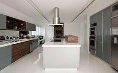 #designdrops * Inspiração: Aqui o porcelanato branco fosco dá um toque especial a esta cozinha. Os armários levaram portas de vidro acizentadas e madeira, amplitude e leveza total.