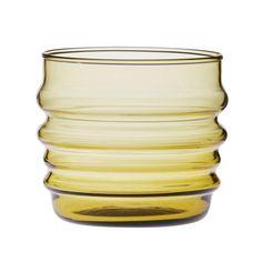 Marimekon Sukat makkaralla -lasisto on oivallinen tulokas Hyvässä seurassa -astiaperheeseen. Sympaattinen ja persoonallisen lasisto koostuu matalista juomalaseista, jalallisista laseista sekä karahveista.