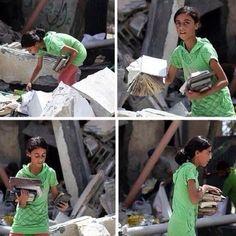 Una fotografía de Nada Jaffal. Una niña palestina busca sus cuadernos y sus libros entre los escombros...