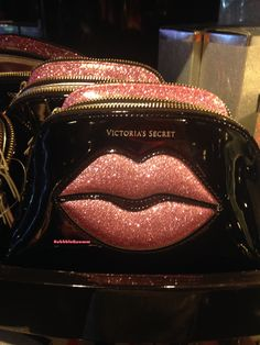These victoria secret makeup bags are so adorable Perfume Victoria Secret, Victoria Secret Makeup, Victoria Secret Bags, Victoria Secrets, Pink Love, Vs Pink, All Things Cute, Girly Things, Piercing