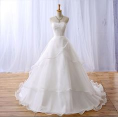 2016 Hot Sale Sleeveless Strapless A-line Wedding Dress Applique Tiered Court Train Lace-up