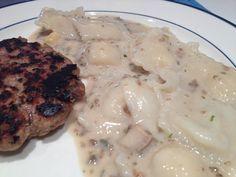 Raviólis recheados de abóbora com mozzarella, com molho de champignon e hamburguinho caseiro.