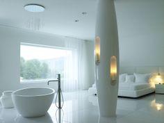 Fantastische neutrale badkamer met slaapkamer combinatie en een harmonieuze tegelvloer