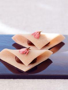 Recipe : 桜の上生菓子 生八つ橋風/ビーツの搾り汁できれいなピンク色に染まるって知っていた? 上生菓子用の生地は、数種の粉を混ぜて蒸すだけ。本格的に見えるけれど、プロセスは意外なほどシンプル。美しい桜色の和菓子で、春を満喫して。