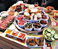 Here's an awesome collection of the best party food to welcome in 2016 with your friends and family (tapas party) Paella Party, Tapas Party, Snacks Für Party, Raclette Ideas Dinner Parties, Party Games, Food For Parties, Party Nibbles, Fondue Party, Dinner Party Menu