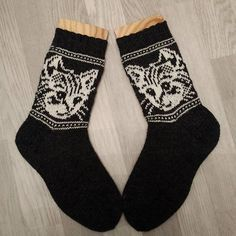 A great find on Ravelry: Hege's Cat Socks Knitted Mittens Pattern, Knitted Cat, Knit Mittens, Knitting Socks, Loom Knitting, Baby Knitting, Knitting Patterns, Knit Socks, Knooking