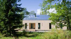 Byggherren önskade sig ett modernt året-runt-fritidshus som anspelade på den unika villaarkitekturen i Hangö i Finland. Resultatet blev Gamla Villan med varsamt framtagna detaljer.