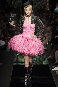 Moschino Spring 2018 Ready-to-Wear Fashion Show - Gigi Hadid walks Moschino Spring 2018 Runway at Milan Fashion Week - Pink Fashion, New Fashion, Runway Fashion, Autumn Fashion, Fashion Week 2018, Milano Fashion Week, Moschino, Style Couture, Couture Fashion