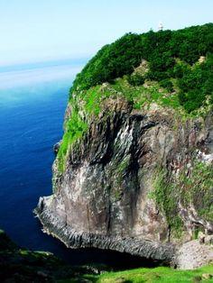 フレペの滝知床自然八景の一つであるフレペの滝は、別名「乙女の涙」と呼ばれています。 アイヌ語では「赤い水」と言う意味で、夕日が滝に写り綺麗な赤い滝に見える事から呼ばれているそうです。 Japanese Landscape, Ecology, Conservation, Beautiful Homes, Places, Water, Outdoor, Hokkaido, House Of Beauty