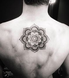 Le tatouage de rosace orientale peut tout à fait correspondre à un homme aussi dans Tatouage de rosace orientale : 15 idées de mandalas à s'encrer dans la peau