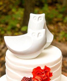 Este casal de corujinhas, além de elegância, traz alegria ao seu casamento! Atemporal e versátil. Pode ser utilizado na decoração da casa. Medidas: 19 cm x 10 cm de altura Material: porcelana br...