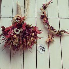 Buketimiz 1. Kalite yapay çiçekler ve doğal kurutulmuş çiçeklerle tasarlanmıştır.  Set içerisinde gelin buketi, gelin tacı ve damat yaka çiçeği bulunmaktadır.