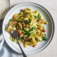 We opt for fresh spinach pasta here--it cooks quickly and adds a pop of color. Cooking lima beans in pancetta drippings infuses them with flavor. High Fiber Dinner, Vegetarian Gumbo, Lima, Spicy Salmon, 500 Calories, Spring Recipes, Orzo, Couscous, Eating Clean