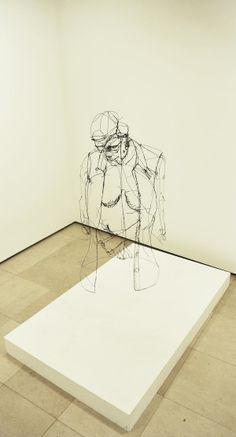 Via NSMBL.com: Het lijkt alsof er met zwarte inkt op een foto is getekend, echter zijn dit sculpturen van ijzerdraad van David Oliveira