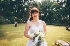 #Wolf #Braut #Strauß #Hochzeit #Garten #Blumen #Kleid #Weiß