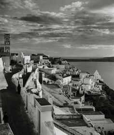 1937 ~ Fira, Santorini (photo by Herbert List) Santorini Sunset, Santorini Island, Santorini Greece, Athens Greece, History Of Photography, Modern Photography, Greece Photography, Old Pictures, Old Photos