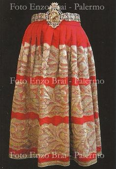 Manifattura di Piana degli Albanesi, Xhëllona me kurorë, gonna di seta ricamata d'oro, XIX secolo, Piana degli Albanesi, collezione privata (embroidered skirt of silk in gold thread from Piana degli Albanesi, Sicily,19thc.)
