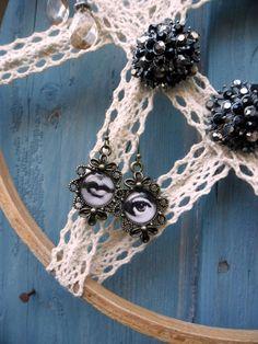 náušníkovník+recyklovaný+věšáček+na+náušnice+-+šperkovník+krajka+je+bavlněná+zpevněná+lakem,+rámeček+je+dřevěný+-+vyšívací+kruh+průměr21+cm Crochet Necklace, Jewelry, Products, Fashion, Moda, Jewlery, Crochet Collar, Bijoux, Fashion Styles