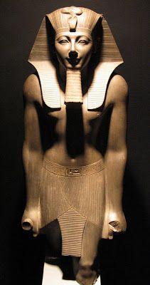Estatua del faraón Thutmose III. Dinastía XVIII (1552-1305 a.d.C.). Basalto gris, 90 centímetros de altura. Museo de Luxor, anteriormente en el Museo de El Cairo.