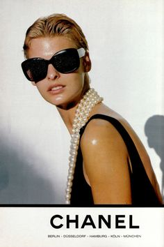 Linda Evangelista by Karl Lagerfeld for Chanel Spring 1991 Linda Evangelista, Chanel Fashion, 90s Fashion, Vintage Fashion, High Fashion, Vintage Chanel, Coco Chanel, Chanel Pearls, Look Casual
