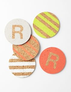 Personalized coasters - 25 Best DIYs for Trendy Hostess Gifts Personalized Coasters, Diy Coasters, Diy Projects To Try, Craft Projects, Stencil Diy, Crafty Craft, Crafting, Hostess Gifts, Creative Gifts