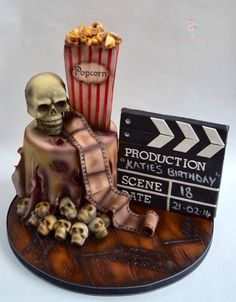 """For a drama student who loves horror movies, there's a hidden severed thumb in her """"popcorn"""" Scary Halloween Cakes, Scary Cakes, Dessert Halloween, Theme Halloween, Halloween Food For Party, Halloween Horror, Goth Cakes, Horror Cake, Movie Cakes"""