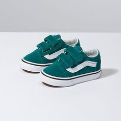 Vans Toddler Old Skool Velcro Quetzal Groene sneakers van Vans Klittebandsluiting Witte zool Cute Baby Shoes, Baby Boy Shoes, Baby Boy Outfits, Girls Shoes, Kids Outfits, Baby Vans, Fall Outfits, Vans Skate Shoes, Women's Shoes