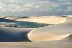 Lagoa Azul em meio às dunas dos Lençóis Maranhenses.