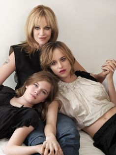 Melanie Griffith y sus hijas, Stella Banderas y Dakota Johnson Mother Daughter Poses, Sister Poses, Mother Daughter Photography, Melanie Griffith, Pose Portrait, Family Portrait Poses, Summer Family Pictures, Family Photos, Photography Poses