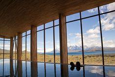 C'est au bout du monde, dans le décor grandiose du parc national chilien de Torres del Paine, que s'est installé le Tierra Patagonia, l'une des plus belles adresses d'Amérique du Sud. À l'intérieur de cet hôtel à l'architecture impressionnante (le bâtiment imaginé par les architectes Cazu Zegers et Rodrigo Ferrer s'étend sur près de 800 mètres de long!), le verre le dispute au bois permettant au Tierra Patagonia de se fondre prodigieusement dans la nature environnante. Car le vrai…