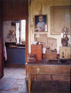 intérieur ancien hollandais : chez l'artiste Peter Gabrielse, salon, dans The World of Interiors, 2004, brun, 2000s
