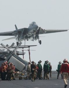 ・・・ Landing on an aircraft carrier Us Navy Aircraft, Us Military Aircraft, Navy Aircraft Carrier, Military Jets, Navy Military, Air Fighter, Fighter Jets, Tomcat F14, Grumman Aircraft