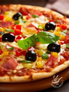 Pepperoni pizza and Prague ham - Se avete voglia di una bella pizza ma vi è presa la pigrizia, provate a fare in casa la Pizza ai peperoni, cipollotti e prosciutto di Praga. Ottima!