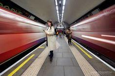 La eterna espera: fotógrafo capturó bellas escenas de usuarios aguardando el tren en Londres