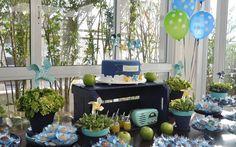Cataventos e frutas em uma mesa azul e verde fazem a festa para menino sair do lugar-comum. Esta é criação da Auguri. Foto: Divulgação