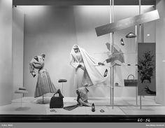 4aa45cfbf84 Skyltfönster på Nordiska Kompaniet 1956. Modeexposé. Klänningar, kappa,  hattar, väskor,