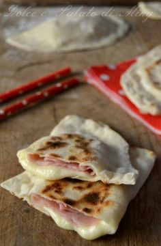 ricetta calzoni al prosciutto in padella Pizza Recipes, Wine Recipes, Cooking Recipes, I Love Food, Good Food, Yummy Food, Fingers Food, My Favorite Food, Favorite Recipes