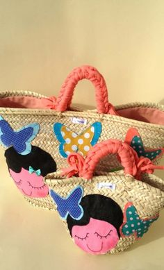 Straw bags set for mom and girl, with a sweet girl face and butterflies. Hand sewn spanish artisans. T-shirt yarn handles and the biggest bag, has a fabric closure. They are ideal for summer days because their  bright colours. Rustic models that are in vogue.