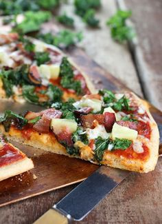 Canadian Bacon Pineapple Pizza - The Hawaiian pizza updated with a splash of good-for-you kale Canadian Bacon, Canadian Food, Canadian Recipes, Egg Recipes, Pizza Recipes, Mexican Food Recipes, Game Recipes, Vietnamese Recipes, Pizza