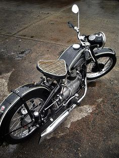 Harley Davidson-NO,reminds me of an enfield, Russian or Chinese maybe. Looks like a fun little bike.shaft drive makes me think BMW. Blitz Motorcycles, Cool Motorcycles, Vintage Motorcycles, Harley Davidson Motorcycles, Motos Retro, Motos Vintage, Vintage Bikes, Mv Agusta, Bobbers