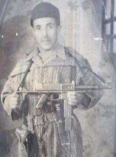 Combatiente del Ejército de Liberación de Marroqui-MAT-49Combatiente Marroquí miembro del Ejército de Liberación Marroquí o Armée de Libération el cual sostiene un subfusil MAT-49 capturado.
