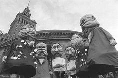 Krakowski kabaret Piwnica Pod Baranami w stolicy. Na zdjęciu członkowie kabaretu w maskach postaci komunizmu.