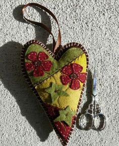 Fernanda Felix - Artesã e Designer: Presentinho ! So so cute, wish I could do. Felted Wool Crafts, Fabric Hearts, Wool Embroidery, Felt Decorations, Creation Couture, Penny Rugs, Felt Applique, Heart Ornament, Felt Fabric