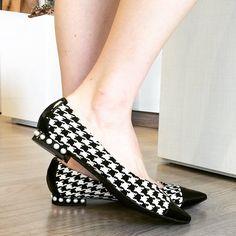 Sapatilha linda P&B com pérolas no saltinho! Confortável e super estilosa ❤️ #adoramos #sapatilha #flats #flatshoes #pieddepoule #pérolas #pearl #loveshoes #shoes #sotd #fashion #fashionista #fashionblogger