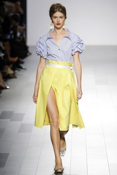 The complete Badgley Mischka Spring 2018 Ready-to-Wear fashion show now on Vogue Runway. Fashion Over 40, Fashion Week, Fashion 2018, Women's Fashion Dresses, Runway Fashion, Fashion Trends, Belle Silhouette, Badgley Mischka, Fashion Show Collection