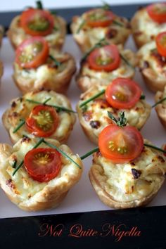 Ricotta, Chive & Tomato mini tarts for morning tea with a friend ricotta tomato tarts Snacks Für Party, Appetizers For Party, Appetizer Recipes, Tea Snacks, Parties Food, Brunch Recipes, Tea Sandwiches, Finger Sandwiches, Appetisers